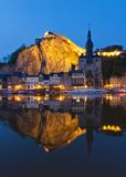 Paysage urbain de crépuscule de Dinant, Belgique Photographie stock