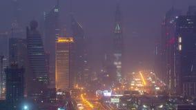 Paysage urbain de Dubaï pendant le jour de tempête de sable au timelapse de nuit banque de vidéos