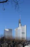Paysage urbain de Francfort avec des gratte-ciel Photo stock