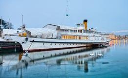Paysage urbain de Genève - bateau de croisière de touristes II Image stock