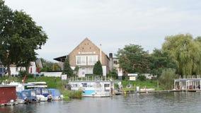 Paysage urbain de Gruetz avec son port et bateaux de marina dans le restaurant de fond et un signe de l'information pour la stati clips vidéos