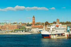 Paysage urbain de Helsingborg Un ferry qui va entre la Suède et le Danemark est sur le point de quitter le port image stock