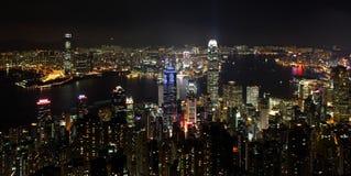 Paysage urbain de Hong Kong la nuit Photographie stock libre de droits