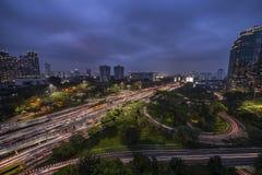 Paysage urbain de Jakarta par nuit image stock