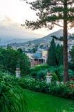 Paysage urbain de jardin sur une colline Images stock