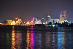 Paysage urbain de Johor Bahru par détroit du Johore Images libres de droits