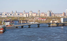 Paysage urbain de Kiev avec la passerelle Photos libres de droits
