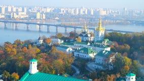 Paysage urbain de Kiev de tour de cloche de monastère de Lavra, Ukraine banque de vidéos