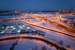Paysage urbain de l'hiver de soirée avec le grand échange Image stock