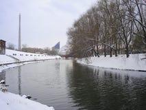 Paysage urbain de l'hiver Rivière et réflexions yekaterinburg décembre Image stock