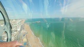 Paysage urbain de la capsule de la tour d'observation de British Airways i360 à Brighton banque de vidéos