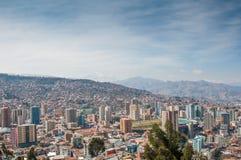 Paysage urbain de La Paz, Bolivie avec la montagne d'Illimani se levant en Th Photographie stock