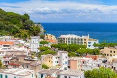 Paysage urbain de Lacco Ameno La mer Méditerranée Image libre de droits