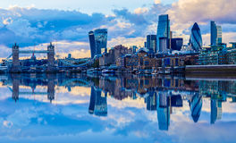 Paysage urbain de Londres au coucher du soleil Image stock