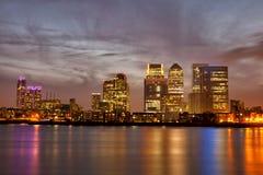 Paysage urbain de Londres Canary Wharf la nuit Photo libre de droits