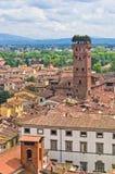 Paysage urbain de Lucques avec la tour de Guinigi dans l'avant, Toscane images stock