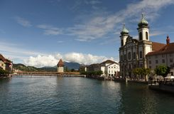 Paysage urbain de luzerne, Suisse Pont d'église et de chapelle de jésuite Images stock