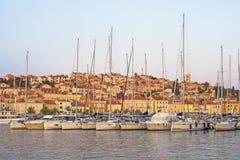 Paysage urbain de Mali Losinj, île de Losinj, Croatie, avec son port Photo libre de droits