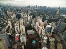 Paysage urbain de Manille, ville de Makati avec des bâtiments d'affaires et ciel nuageux philippines Gratte-ciel à l'arrière-plan photo libre de droits