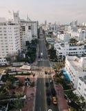 Paysage urbain de Miami Beach, la Floride, Etats-Unis Silhouette d'homme se recroquevillant d'affaires Photos stock