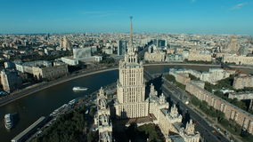 Paysage urbain de Moscou avec le gratte-ciel de Stalin banque de vidéos