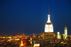 Paysage urbain de New York City pendant la nuit Image stock
