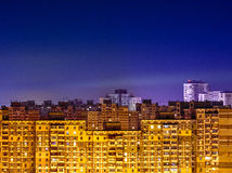 Paysage urbain de nuit avec les bâtiments jaunes Image libre de droits