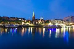 Paysage urbain de nuit Brême Photographie stock libre de droits