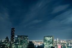 Paysage urbain de nuit de Manhattan avec le bâtiment de secrétariat de l'ONU bleu Photographie stock