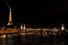 Paysage urbain de nuit de Parisrian Images libres de droits