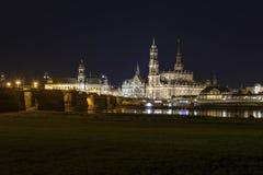 Paysage urbain de nuit de vieille ville de Dresen Photographie stock libre de droits