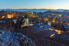 Paysage urbain de nuit de ville de Plovdiv de colline de tepe de Nebet, Bulgarie image libre de droits