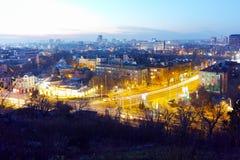 Paysage urbain de nuit de ville de Plovdiv de colline de tepe de Nebet, Bulgarie images libres de droits