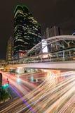 Paysage urbain de nuit, Hall Jetez un pont sur le lien entre le MRT et le transporta de masse de BTS Photographie stock libre de droits