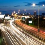 Paysage urbain de nuit - omnibus dans l'avant Images libres de droits
