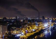 Paysage urbain de nuit près de la rivière Images libres de droits