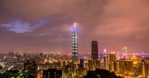 Paysage urbain de nuit de Timelapse de Taïpeh dans Taiwan banque de vidéos