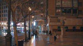 Paysage urbain de nuit de Valence avec la rue et la Plaza de Toros, Espagne de Xativa clips vidéos