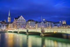 Paysage urbain de nuit de Zurich Photos stock