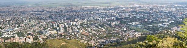 Paysage urbain de panorama de lumière du jour de Cali, Colombie Images libres de droits