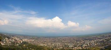 Paysage urbain de panorama de lumière du jour de Cali, Colombie Photographie stock