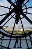 Paysage urbain de Paris par l'horloge géante au ` Orsay de Musee d images libres de droits