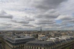 paysage urbain de passerelle au-dessus de seine de Paris Photographie stock libre de droits
