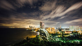Paysage urbain de Pattaya au temps crépusculaire Photographie stock libre de droits