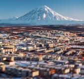 Paysage urbain de Petropavlovsk-Kamchatsky et volcan de Koryaksky image libre de droits