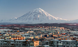 Paysage urbain de Petropavlovsk-Kamchatsky et volcan de Koryaksky photos libres de droits