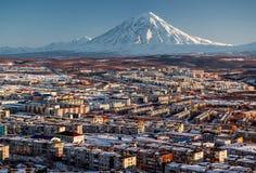 Paysage urbain de Petropavlovsk-Kamchatsky et volcan de Koryaksky photos stock