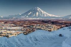 Paysage urbain de Petropavlovsk-Kamchatsky et volcan de Koryaksky Photographie stock libre de droits