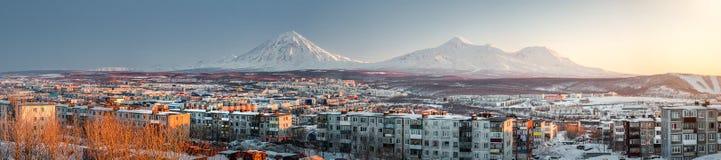 Paysage urbain de Petropavlovsk-Kamchatsky. Lever de soleil au-dessus de Koryaksky et d'A images libres de droits