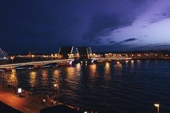 Paysage urbain de pont célèbre de palais du ` s de St Petersburg à travers Neva River la nuit Image libre de droits